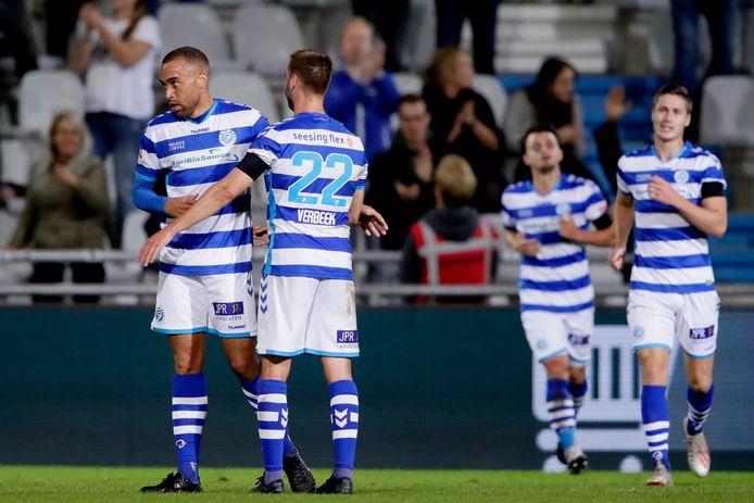 Johnatan Opoku (links) viert zijn eerste doelpunt voor De Graafschap ingetogen met Danny Verbeek.