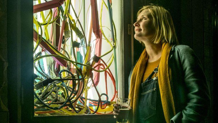 Marleen Sleeuwits met haar kunstwerk, #784. Beeld
