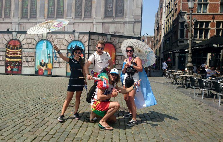 Candela en Greta uit Argentinië met hun vrienden op de Grote Markt.