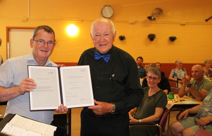 Kees van kampen kreeg de Erespeld van de gemeente Veldhoven uitgereikt