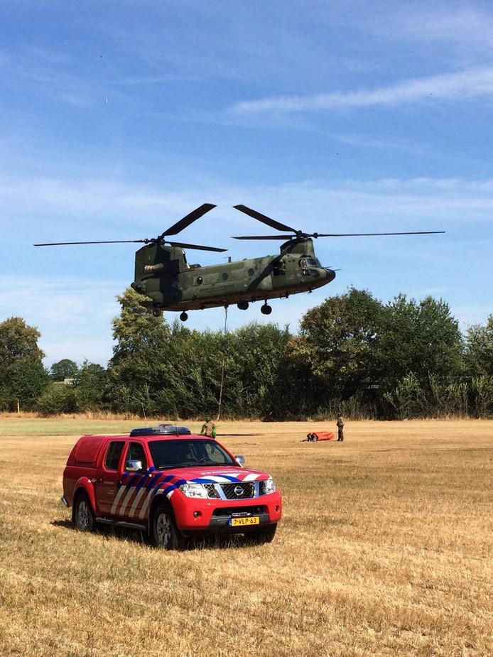 De Chinook voor het blussen in Drenthe.