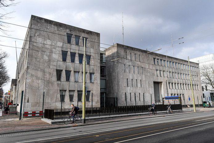 De voormalige Amerikaanse ambassade aan het Lange Voorhout in Den Haag oogt als een massief blok beton. Bijna niemand weet dat de gevel van uitstekende kwaliteit natuursteen is, aldus Martijn Snel van beoogd projectontwikkelaar IQNN