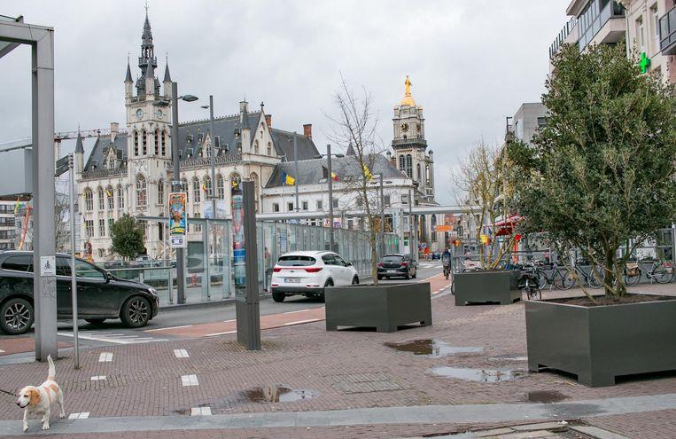 De trottoirs rond de Grote Markt werden 'vergroend'.