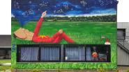 Kinderkosmonaut kleurt muur van kinderopvang De Wiemkes