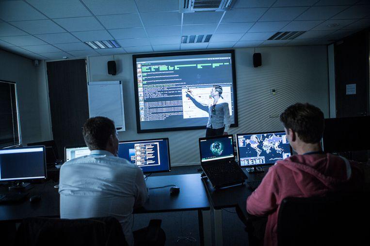 Bij het bedrijf Fox-IT wordt het Defensie Cyber Commando opgeleid. Dit is een groep van rond 13 militairen-hackers die getraind worden voor verdediging.  Beeld Julius Schrank / Kollektiv25