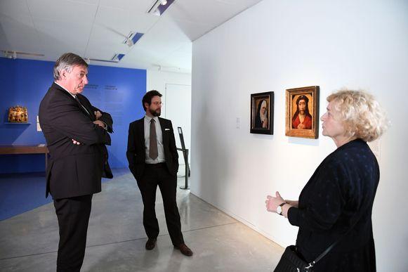 Jan Jambon (N-VA) en Denise Vandevoort (sp.a) bezoeken museum M. Voor het Leuvense museum is de heropening meteen ook de start van een nieuwe toptentoonstelling.