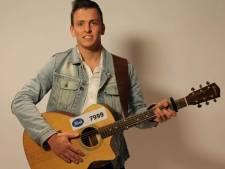 Politie verloot zingende collega Thijs met paasactie: blijf thuis en krijg speciaal concert voor de deur