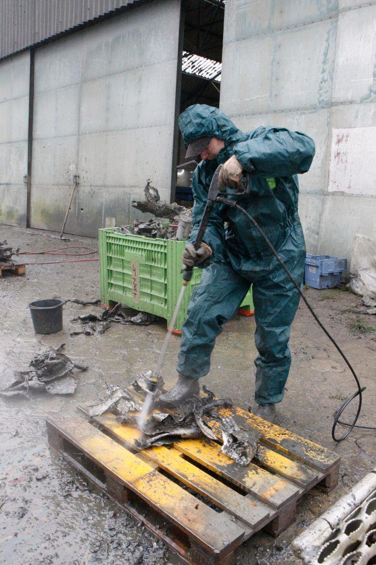 Stuk voor stuk worden de vliegtuigonderdelen schoon gespoten.