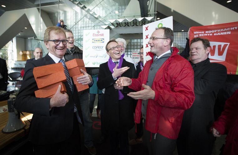 Voorzitters Ton Heerts (R, FNV) en Maurice Limmen (M, CNV) Beeld anp