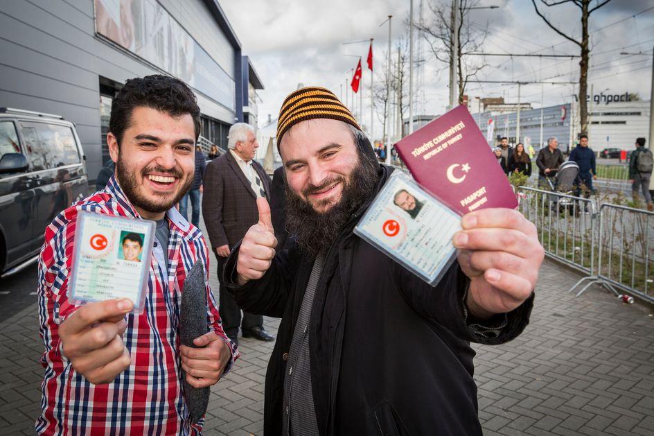 Nederlandse turken met een busje naar de stembus trouw for Turkse reisbureau den haag