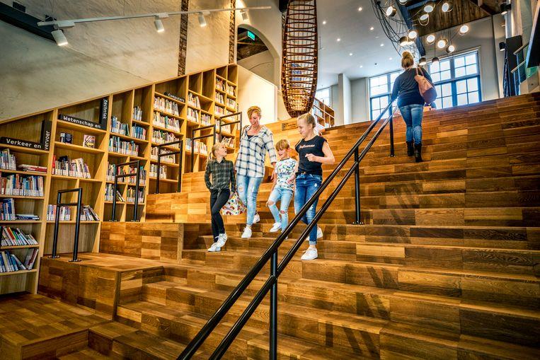 De boekentrap in Bibliotheek School 7. Beeld Raymond Rutting / de Volkskrant