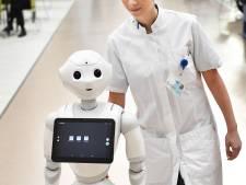 Een tien voor Pepper: sociale robot laat harten smelten in Canisius-Wilhelmina Ziekenhuis