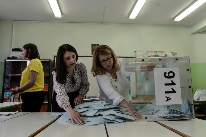 Griekse medewerkers van een stembureau tellen de stemmen voor de Europese verkiezingen.