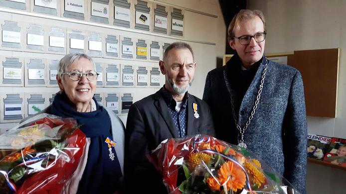 Egbert Meilink en Gé Hoogma uit Ommen kregen een lintje ter gelegenheid van de opening van de nieuwe kinderboerderij in Ommen uit de handen van burgemeester Mark Boumans