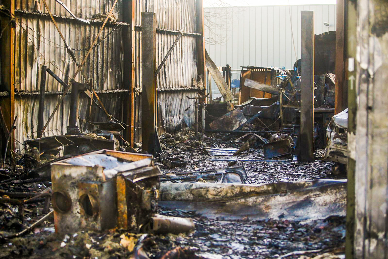Een dag na de grote brand bij het autobedrijf in Helmond.
