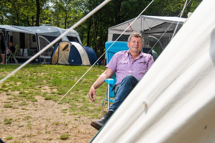 Eigenaar Harry Uithol voor een van de tenten op zijn camping De Pampel in Hoenderloo.