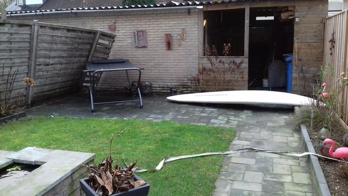 Surfplank kwam in Veldhoven aangewaaid! Eigenaar spoorloos? Schutting was ooit schutting.