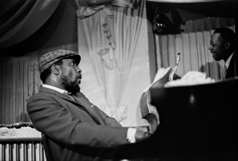 Jazzlegende Thelonious Monk achter de piano. Beeld