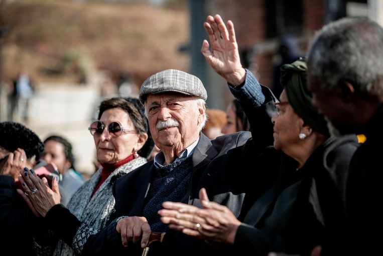 George Bizos tijdens een viering van Nelson Mandela's 100ste geboortedag (2018). Bizos streed jarenlang tegen de apartheid en genoot vooral bekendheid als Mandela's advocaat. Beeld AFP
