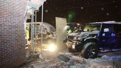 VIDEO: Hummer slipt en knalt gevel van woning binnen