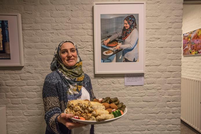 Zubaida Taher uit Syrië bij haar eigen foto in het gemeentehuis van Son.