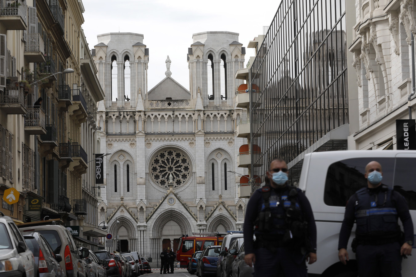 Agenten bij de ingang van de basiliek van de Notre Dame