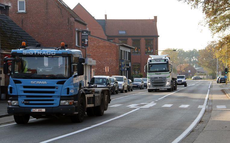 Vrachtwagens rijden door het centrum van Mol-Sluis.
