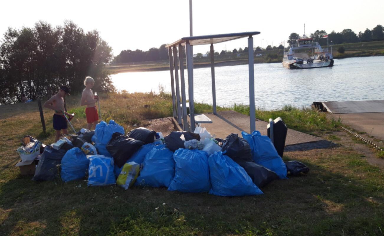 Het afval dat de jongens verzamelden aan de oevers van de Lek.