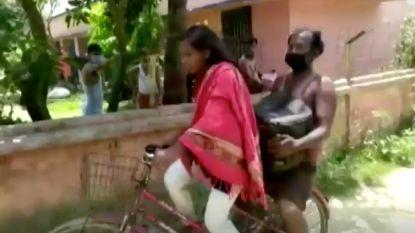 Indiase tiener (15) fietst bijna 1.200 kilometer met vader achterop naar huis