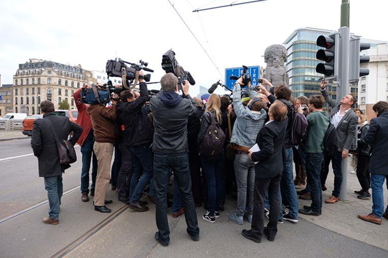 Filip Dewinter is aangekomen op het Saincteletteplein. De pers is massaal aanwezig.