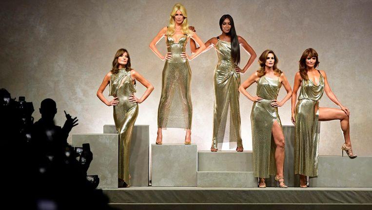 Carla Bruni, Claudia Schiffer, Naomi Campbell, Cindy Crawford en Helena Christensen tijdens de show van Versace Beeld afp