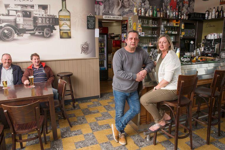 """Hans Wauters, hier met zijn vrouw Brigitta, baat al twintig jaar Café Stadion uit in Aalst. """"Maar wanneer mijn huurcontract binnenkort afloopt, verleng ik het wellicht niet meer."""""""