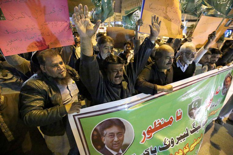 Aanhangers van de Pakistaanse oud-legerleider en -president Pervez Musharraf protesten dinsdag in de havenstad Karachi tegen zijn terdoodveroordeling. Beeld EPA