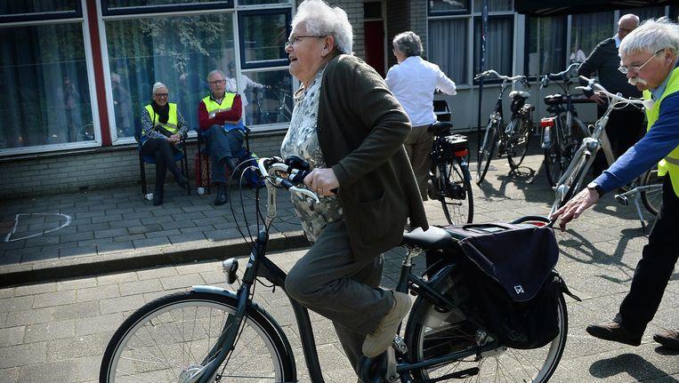 Ouderen leren omgaan met de elektrische fiets in Winterswijk. Beeld Marcel van den Bergh / de Volkskrant