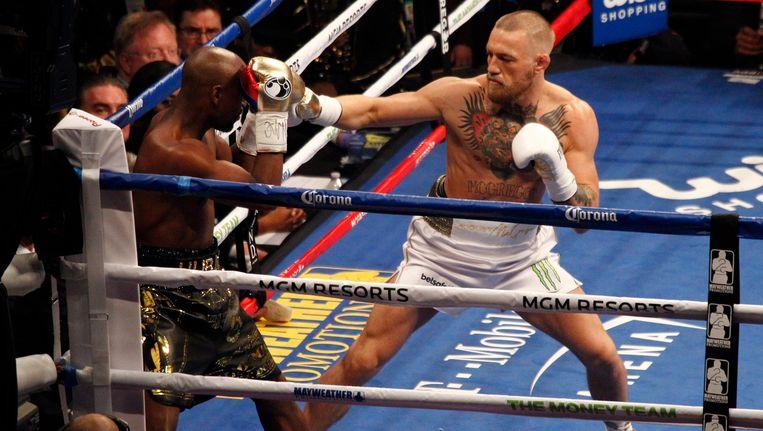 Floyd Mayweather en Conor McGregor in de ring. Beeld photo_news