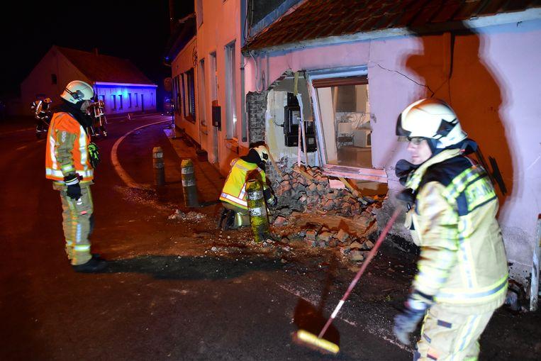 De brandweer moest de gevel stutten en dichtspijkeren met houten panelen.