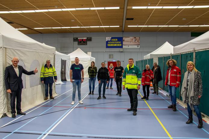 Burgemeester Cor Lamers (links) is maar wat trots op het feit dat er in een dag tijd een coronapost in de Schiedamse Margriethal is ingericht.