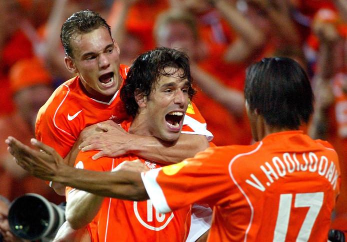 Juichend met Ruud van Nistelrooy en Pierre van Hooijdonk op het EK 2004 in Portugal, zijn eerste grote eindtoernooi.