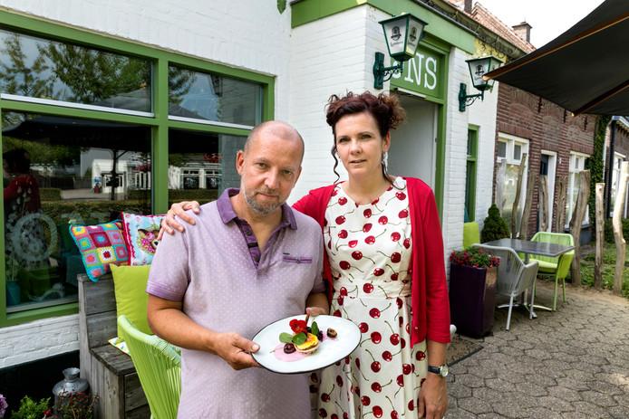 Marcel Dijstelblom en Milica Vogels van 'Ons Restaurant' met het dorpsgerecht 'Verweven met Ons'.
