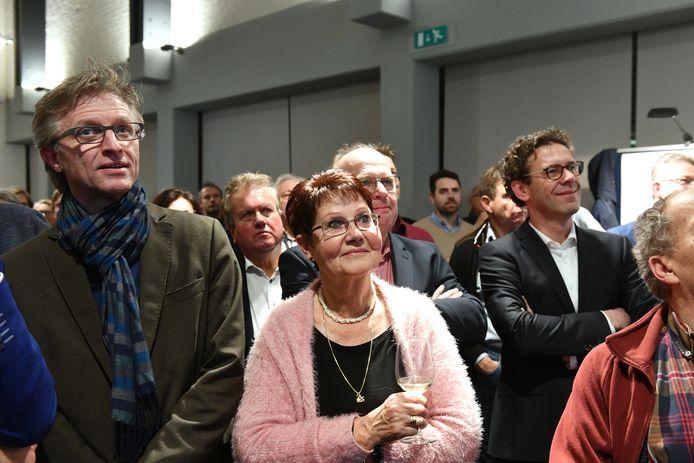 Spanning tijdens de gemeenteraadsverkiezingen in 2018 in Geldermalsen. Op de foto Dorpsbelangen-wethouder Ed Goossens (links), Dorpsbelangen-raadslid Kaartje de Heus (midden) en SGP-fractievoorzitter Lourens van Bruchem (rechts)