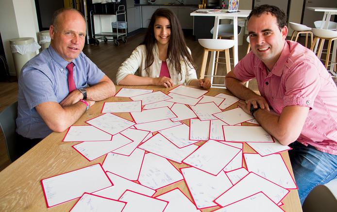 Van links naar rechts: Rector Leon de Rond van 't Rijks in Bergen op Zoom, Larissa Soeprigian en MAVO-teamleider Michael Schoonen. Foto Rudie Mur