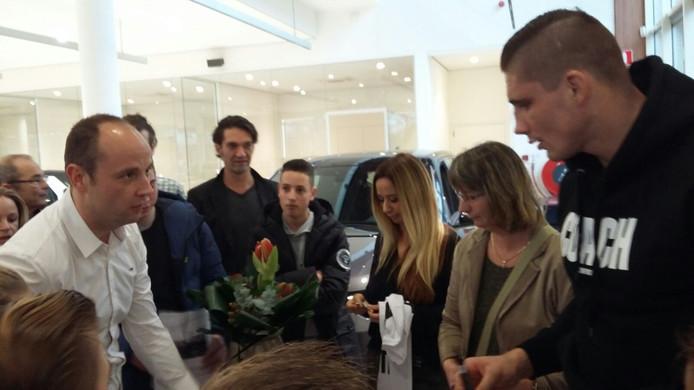 Wereldkampioen kickboksen Rico Verhoeven bezoek Landrover Jaguar Garage Knook in Breda.