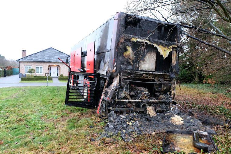 De brand begon achter aan de bus. Vermoedelijk ligt een defect in het motorcompartiment aan de basis.
