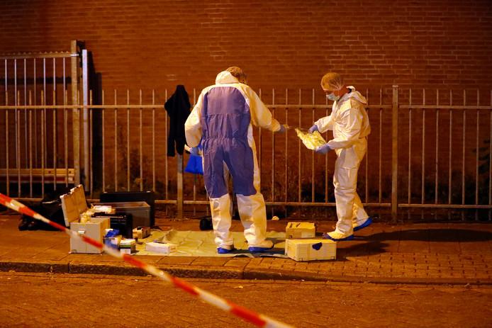 Technisch rechercheurs doen onderzoek in de Sionstraat waar op zaterdag 8 september Fouad Rashidi werd doodgeschoten in zijn auto.
