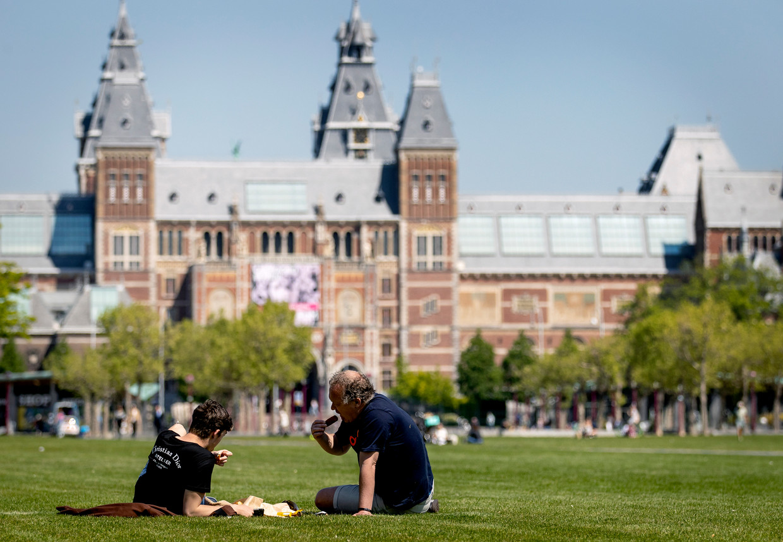 Amsterdammers houden zich naar eigen zeggen goed aan de maatregelen. Beeld ANP