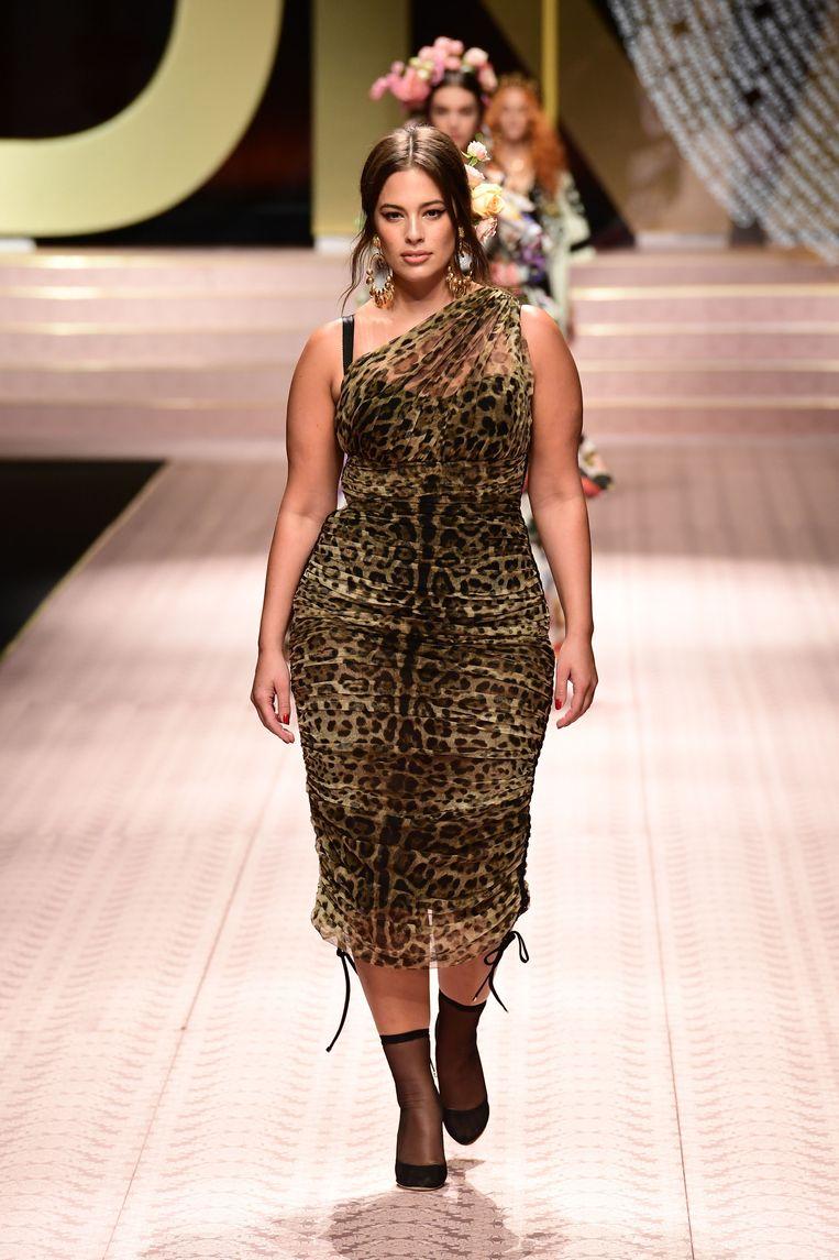 Plussize model Ashley Graham draagt een transparante jurk met tijgerprint.