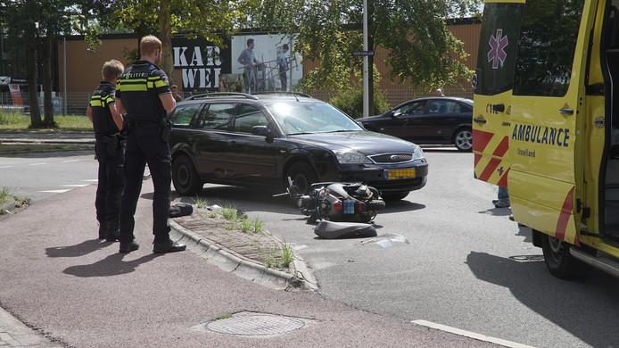 Aanrijding tussen auto en bromfiets op de rotonde Keizer Karellaan / Laan van Borgele ter hoogte van de Karwei in Deventer