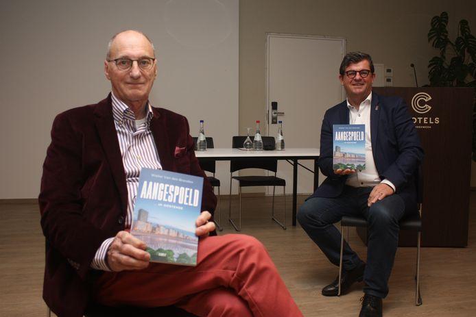 Walter Van den Branden overhandigde het eerste exemplaar van zijn boek 'AANGESPOELD... in Oostende' aan burgemeester Bart Tommelein.
