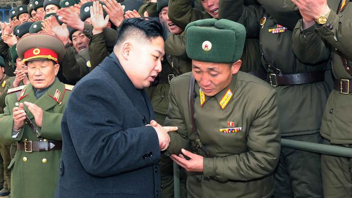 Kim Jong-un schudt de hand van een generaal, eerder deze week.