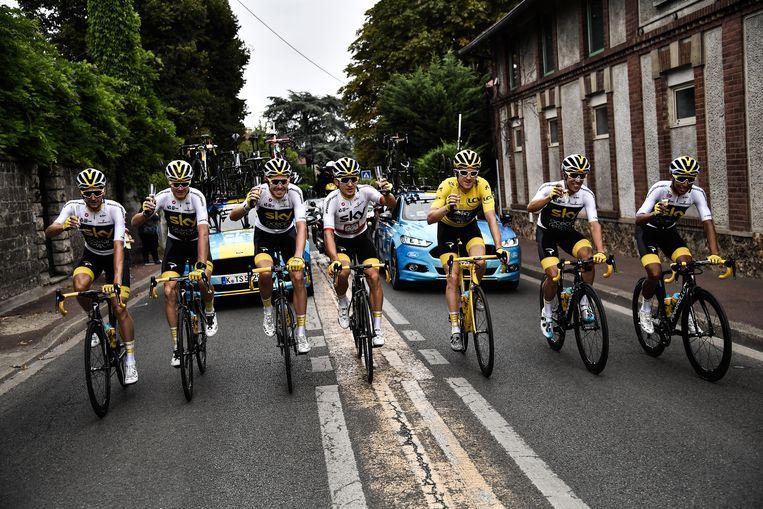 Team Sky drinkt champagne tijdens de laatste etappe van de Tour de France in juli 2018.  Beeld EPA
